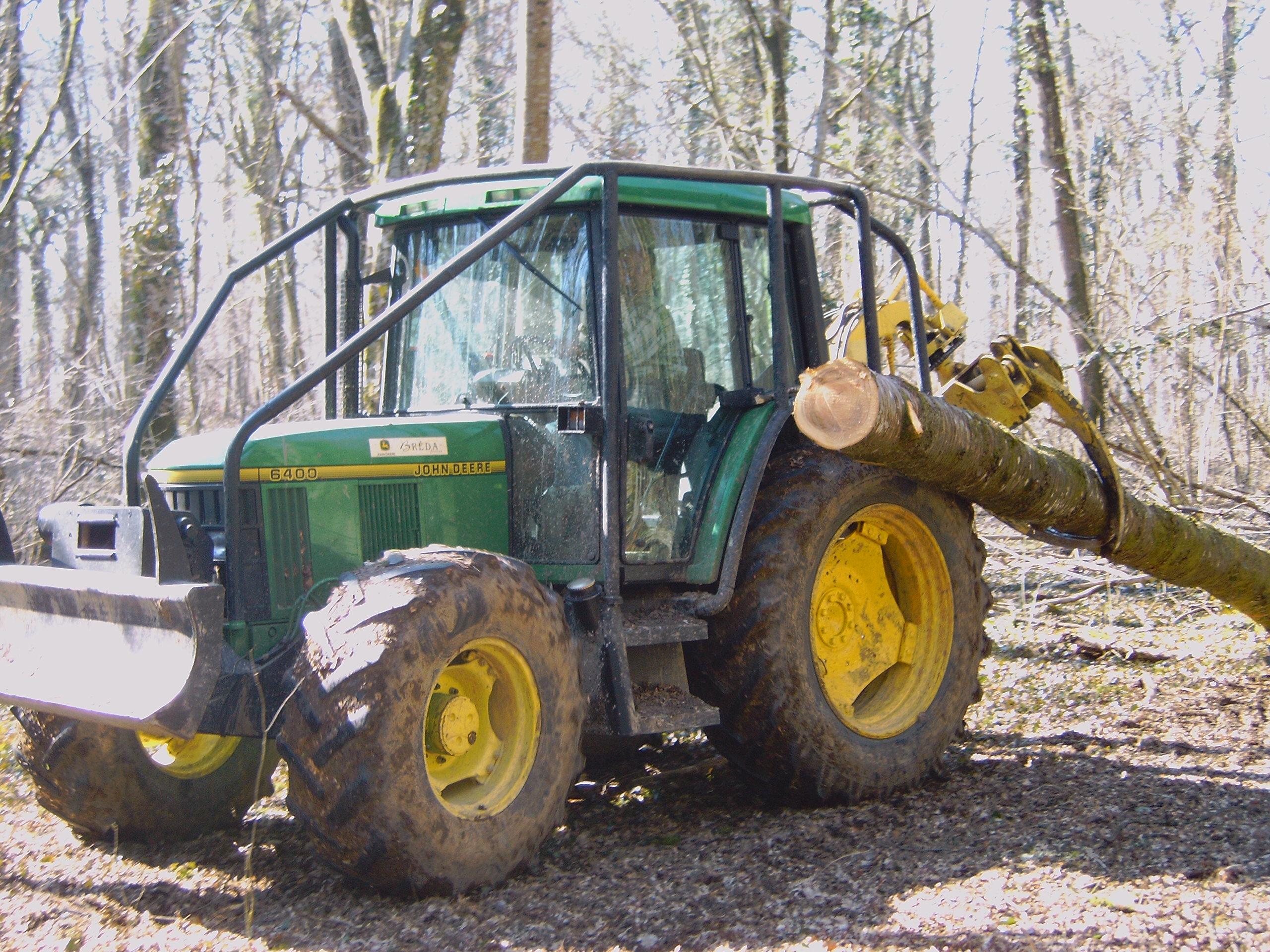 Avec pinces à bois montées sur tracteurs forestiers Cette technique
